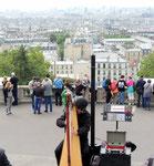 Blick auf Parismit Harfenspieler
