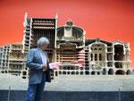 vor dem Modell der Pariser Oper