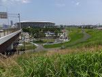 遊水地を横切る高速道路・横浜スタジアムは高床式になっている。