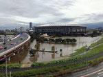 遊水地を横切る高速道路・横浜スタジアムは高床式にして守る