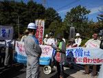 玄海原発ゲート前で九電職員に向かって、規制委員長への抗議文を読上げている石丸初美代表