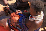 Haarpflege im Karo-Dorf, Omo-Tal