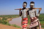 Jungen der Karo, im Hintergrund der Omo-Fluss