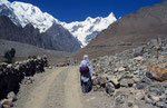 Hunza-Frau mit Shispare (7.611 m) im Hintergrund, Karakorum, Pakistan