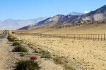 Pamir Highway mit Grenzzaun zu China, Tadschikistan