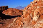 Valle de Luna mit Vulkan Licancabur im Hintergrund, San Pedro de Atacama, Chile