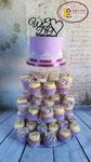 Lila bruidstaart op cupcake toren.