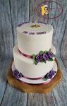 Witte bruidstaart met paarse roosjes