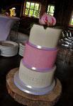 Strakke taart wit met roze en echte Pioenroos