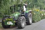 Liebevoll geschmückter Erntewagen.