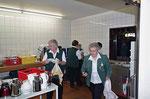 Die fleißigen Damen in der Küche beim Abwaschen des schmutzigen Geschirr.
