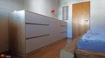 Sideboard/Kleiderschrank bietet viel Stauraum und dank der niedrigen Höhe kein einengendes Raumgefühl