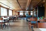 Nussbaumtisch in einem Restaurant