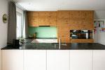 Küche cremefarbene Platten kombiniert mit rustikalem Eichenfurnier
