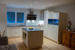 L-Küche mit Rüstinsel, Stimmungsbeleuchtung bei Nacht
