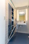 Designerbadmöbel mit integrierter Wäscheklappe