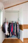 Kleiderschrank mit integriertem Kleiderlift damit die Kleider in angenehmer Höhe herausgenommen werden können