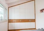 Kleiderschrank unter Dachschräge mit Eichenholz Umrandung