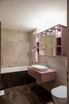 Lavabomöbel und Spiegelschrank in extravaganter Farbe