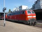 218 341-6 setzt mit ihrer Schwestermaschine an den IC nach Westerland.