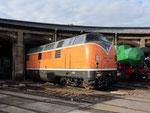 221 135-7 gehört heute der Bocholter Eisenbahn und präsentiert sich in deren Hausfarbe orange.
