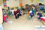 Iva Schell mit Kindern des Kindergarten Reding