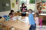Begegnungstage: Kinder basteln mit Kindern, Workshopleiterin Isolde Gollner