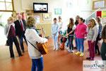 Begegnungstage: Begrüßung durch den Schulchor, Chorleiterin Karin Radl