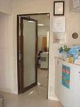 受付から見える診療室