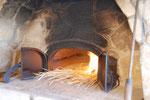 石窯の火入れです。自然農の田んぼもつくっておられるので、その稲わらで火を焚きつけます。