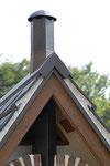 六角形の煙突。非常にシックなオリジナルです。アーティストの方に委託して製作していただきました。