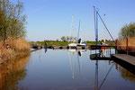 Der Sportboothafen der Seglervereinigung Pinnau liegt an einem gut geschützten, ruhigen Altarm nahe des Sperrwerks an der Pinnaumündung