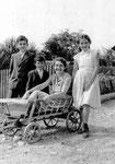 Meine Mutter mit uns drei Kindern 1960