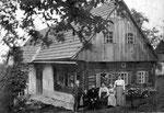 Familie Aldrian, Vater Josef (+1945), Mutter Barbara (+1938), rechts meine Großmutter, ca. 1918