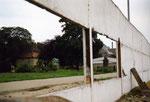 © Dagmar Lipper, www.wir-waren-so-frei.de / Blick durch Hinterlandmauer auf den Friedhof Invalidenstraße