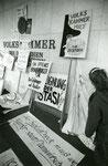© Merit Schambach, www.wir-waren-so-frei.de / Protestplakate an der Volkskammer 19.11.1989