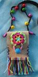 Masse Tasche: 8 x 6 cm, Leder mit Holzperlen und Baumwollfäden, Bändel: 80 cm, gewachste Baumwolle