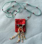Täschlein für einen Glückstein, 40 x 30 mm, Baumwollstoff, Glasperlen, Bändel: gehäkelter Perlfaden, 68 cm