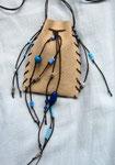 16.5 x 8 cm, Ledertäschlein mit Fimo-, Glas- und Holzperlen, Bändel: gewachste Baumwolle