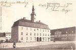 Bis 1945 zierte das 1737 nach einem Stadtbrand wieder aufgebaute Rathaus den Markt,