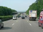dichter, aber flüssiger Verkehr auf deutschlands Autobahnen
