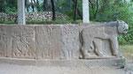 Bas-reliefs à l'entrée du site