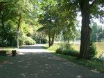 Weg am See im Deutsch Französischen Garten