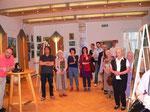 Gäste der Ausstellung während der Reden. Foto Gemeinde Pölla
