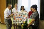 Überreichung an Silvia Hahn (rechts) durch Georgia Kazantzidu (mittig) und Gerald Steindl (links) (Foto Thomas Widhalm)