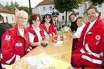 Weihe des neuen Rotkreuz-Autos (Sommer 2011), Matthias Laurenz Gräff vierter von links mit einem Teil der Garser Mannschaft; Foto von Gerhard Baumrucker, NÖN Horn