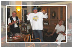 Jan zeigt stolz das T-Shirt vom Club