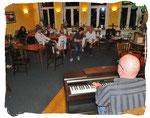 Jens Petersen am Klavier feierte mit