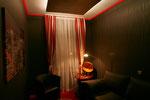 Clubraum mit verschiedenfarbiger indirekter Deckenbeleuchtung