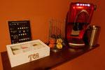 Kaffeemaschine mit Kapselhalter und Teebox
